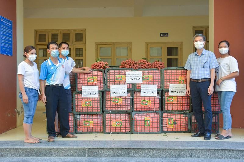 Công đoàn Trường ĐHSP Hà Nội 2 hỗ trợ tiêu thụ hơn hai tấn vải thiều giúp nông dân tỉnh Bắc Giang