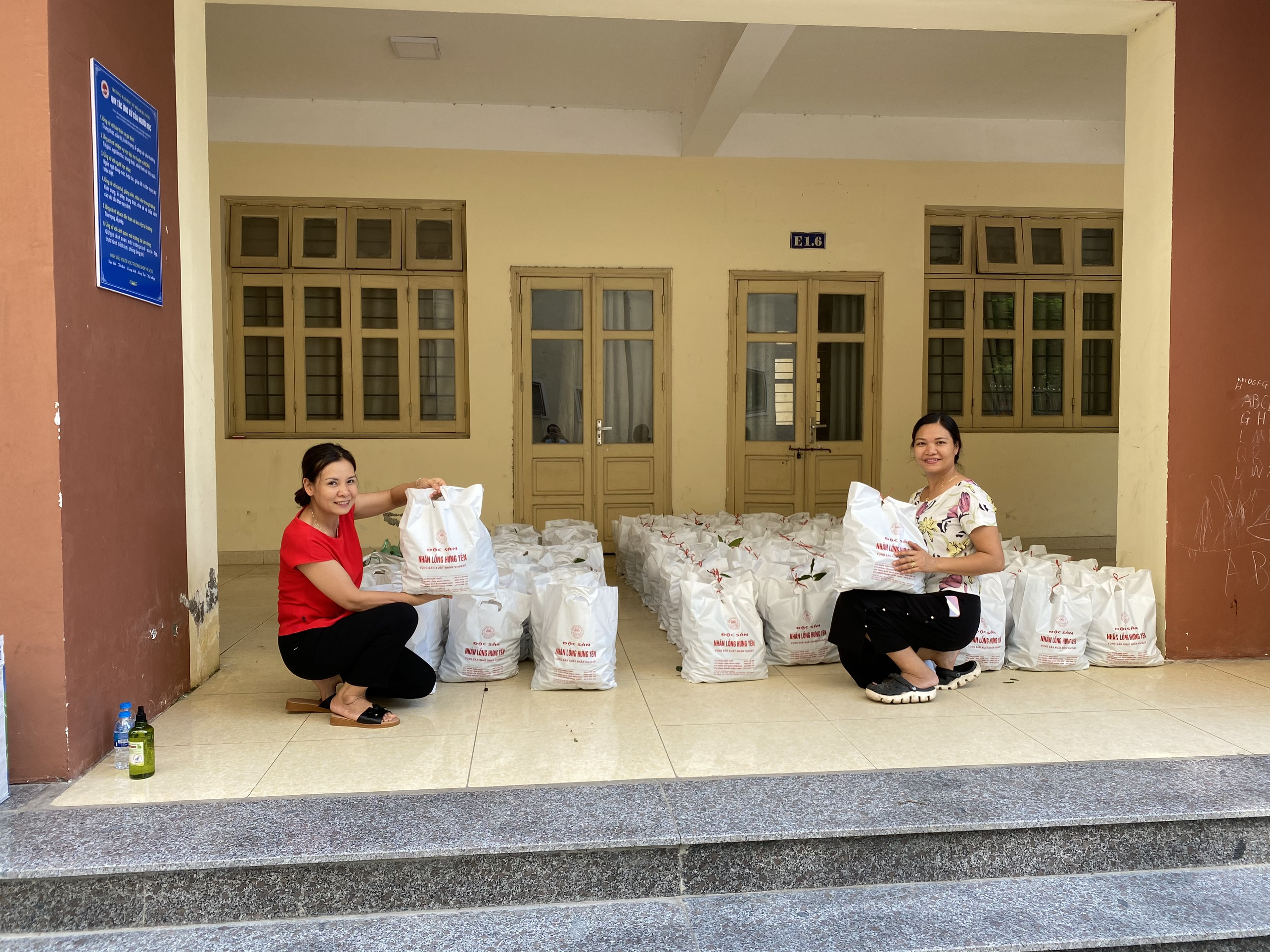 Công đoàn Trường ĐHSP Hà Nội 2 ủng hộ tiêu thụ nông sản cho nông dân tỉnh Hưng Yên